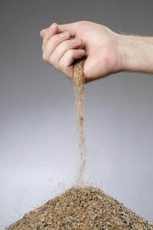ajouter: Homme ajout de sable dans un tas de sa main