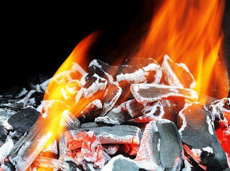 glut: Holz Glut mit Orangen Flammen brennen. Lizenzfreie Bilder