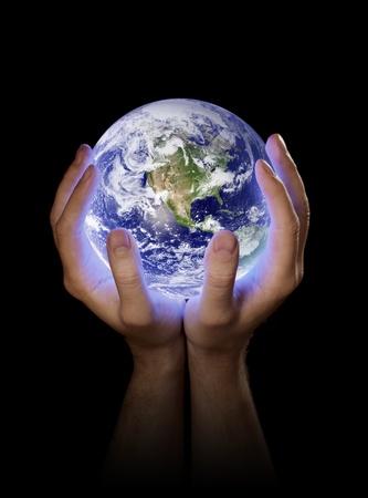 Hombre que sostiene un brillante planeta tierra en sus manos. Imagen de tierra proporcionada por la NASA. Foto de archivo - 9410773