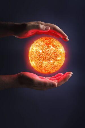 levitacion: Un sol Glowing entre manos. Sol im�genes proporcionadas por la NASA. Foto de archivo