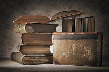 libros antiguos: Naturaleza muerta hecha de viejos libros usados.