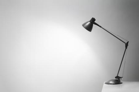electric fixture: Una lampada da ufficio scrivania illumina lo sfondo. Un sacco di spazio copia. Archivio Fotografico
