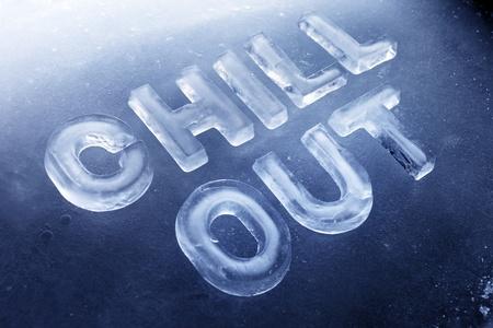 """Words """"Chill Out"""", fatta di lettere reali di ghiaccio su sfondo ghiaccio. Archivio Fotografico"""
