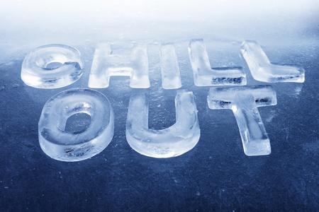 """Words """"Chill Out"""", fatta di lettere reali di ghiaccio su sfondo ghiaccio."""