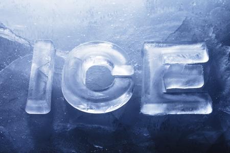 Word ICE gemaakt met echt ijs letters op ijs.