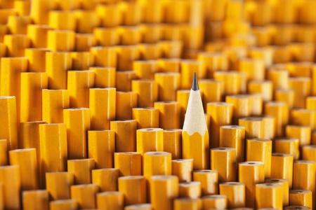 ceruzák: Egy kihegyezett ceruza a sok közül, tompa is.