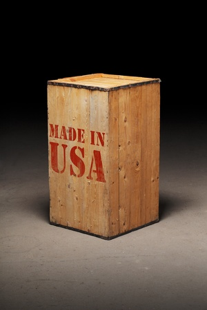 "made in: Oude houten kist met ""Made in USA"" tekst."