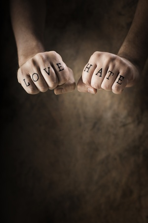 Man with Love and Hate (fake) tattoos. Stockfoto