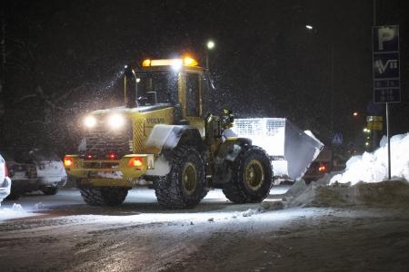 front loader: Un cargador frontal trabajando en tormenta de nieve, Finlandia.