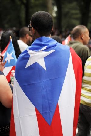 bandera de puerto rico: CIUDAD DE NUEVA YORK, EE.UU. - 10 de junio: el desfile anual de Día de Puerto Rico en Nueva York en honor a los habitantes de Puerto Rico y todo el pueblo de Puerto Rico el nacimiento o el patrimonio. 10 de junio 2012 en la ciudad de Nueva York, EE.UU.