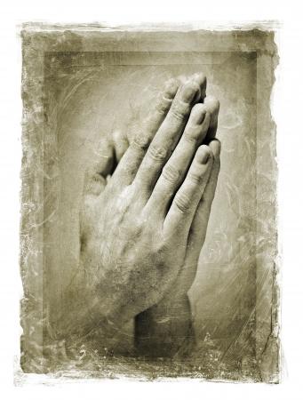 manos orando: Imagen granulada y manchado de las manos unidas en oración.