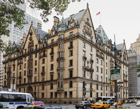 NEW YORK CITY; USA - JUNE 12: The Dakota building; located in the Upper West Side of Manhattan - known as the home of John Lennon and location of his murder. June 12; 2012 in New York City; USA 新聞圖片