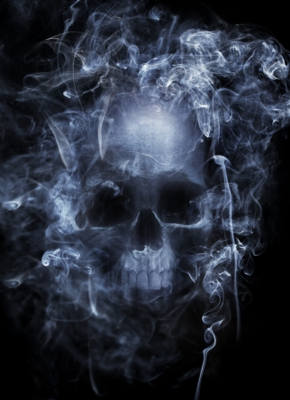 タバコの煙に囲まれて人間の頭蓋骨のフォト モンタージュ。