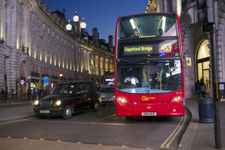 taxi: LONDRES, Reino Unido - 16 de abril 2014: transporte de Londres, taxi Negro y rojo autobús de dos pisos en Piccadilly Circus.