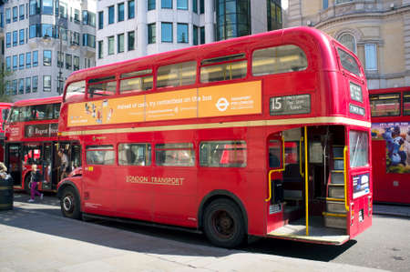 bus anglais: LONDRES, Royaume-Uni - 16 avril 2014: Certains des vieux autobus originaux à deux étages Routemaster sont encore en activité. Éditoriale