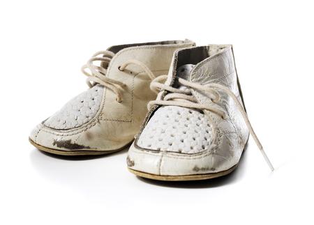 De cuero de la vendimia zapatos de bebé blancos desgastados viejos aislados en blanco con sombras naturales. Foto de archivo - 43488896