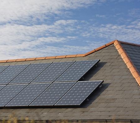 mounted: Fotovoltaïsche zonnepanelen gemonteerd op een leien dak van woningen of prive-woning