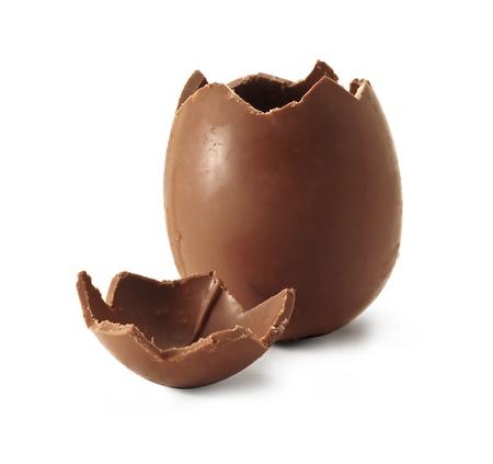 oeufs en chocolat: Chocolat de P�ques oeuf avec le haut rompu Banque d'images
