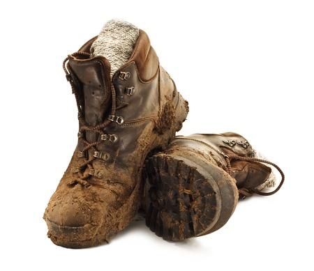 두서없는: 흰색 backgound에 격리 진흙에 굳어 더러운 갈색 도보 부츠의 쌍 스톡 사진