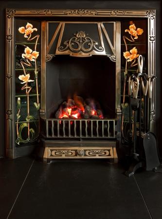 chemin�e gaz: Traditionnelle chemin�e carrel�e avec feu de charbon imitation