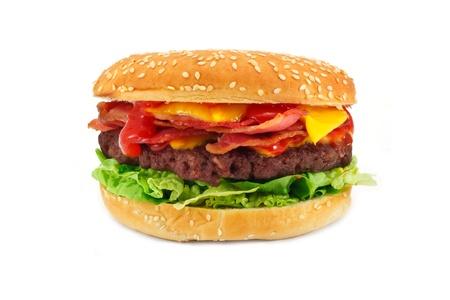 processed food: Homemade gourmet Bacon Cheeseburger un hamburger popolare con pancetta e formaggio impilati all'interno di un panino semi di sesamo