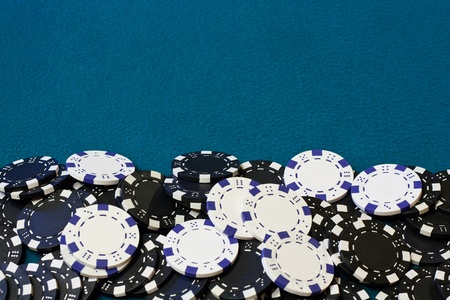 Cadre de jeton de poker ou � la fronti�re de velours bleu carte de table photo