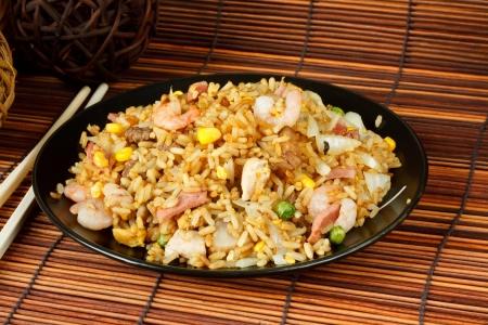huevos fritos: Arroz frito especial un plato popular oriental disponible en chino, take aways