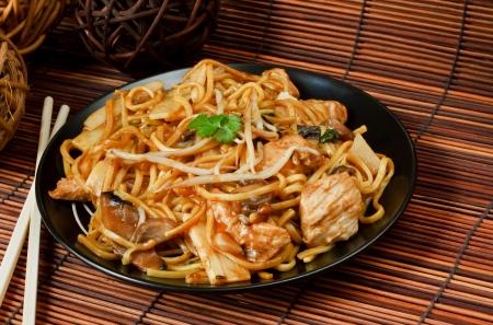 Pollo chow mein una comida popular chino disponible en: take aways Foto de archivo