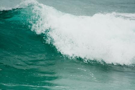 granola: Fondo un mar agitado con olas rompiendo en el océano Atlántico