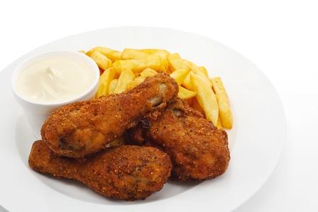 Três pedaços de frango frito sul crocante com batatas fritas