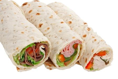 wraps: Una buena merienda o un almuerzo ligero, un s�ndwich en rodajas envuelve con diferentes rellenos Foto de archivo