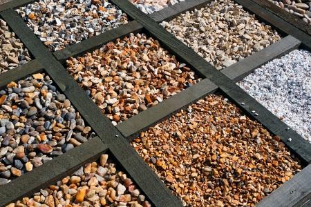 paisajismo: La selecci�n de varios tipos diferentes de grava para patios y pavimentaci�n en un centro de jard�n Foto de archivo
