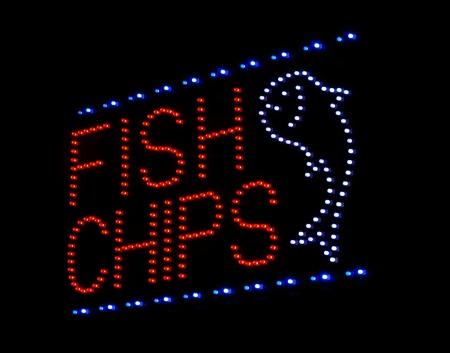 fish and chips: fish and chips LED letrero en quitar o restaurante de comida rápida Foto de archivo