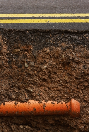 Cut away cross section of a road where maintenance work is being carried out Standard-Bild