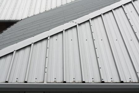 toiture maison: D�tail architectural de toiture en m�tal sur la construction commerciale du complexe moderne
