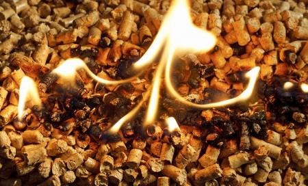 Verbrennen von Holz-Chips Pellets eine erneuerbare Energiequelle immer als grüne umweltfreundlichen Kraftstoff beliebt für Öfen, die Hausbrand bieten Standard-Bild - 18243850
