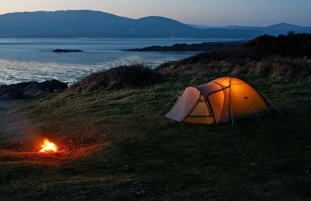 Inclinado tenda nylon erguido para acampamento de férias perto da praia e da costa