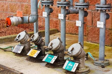 tanque de combustible: llenando zona de la estación de reabastecimiento para el camión cisterna de gasolina para recargar los tanques de almacenamiento subterráneo de gas de mantener un suministro constante a las bombas Foto de archivo