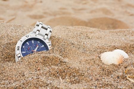 broken wrist: reloj izquierda descartado en la playa ideal para objetos perdidos o seguro de viaje