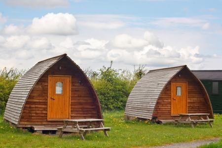 Moderne Camping tee pinkelt auf europäischer Campingplatz in den Yorkshire Dales National Park ein modernes Trend namens glamping weil seine mehr glamourös als die traditionelle Methode mit allem Komfort Standard-Bild - 19976823