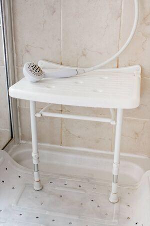 Branco, Plástico, assento de banho usado por idosos e deficientes para ajudá-los, permitindo-lhes para se sentar e lavar frequentemente recomendado por terapeutas ocupacionais Imagens