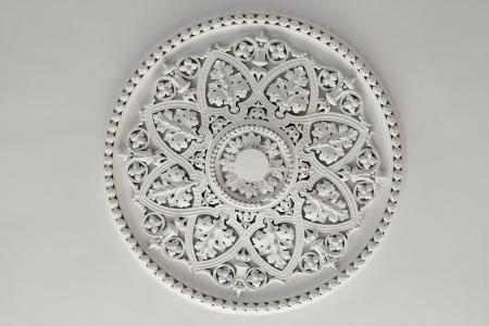 Alte antike Putz Deckenplatte oder Rose in einem alten viktorianischen Haus Standard-Bild - 20445893