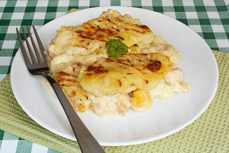 salmon ahumado: Tradicional casera pescado pastel servido en un plato cubierto con crujiente de pur� de patatas en la parte superior Foto de archivo