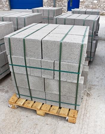 materiales de construccion: Paletas de bloques de cemento en una obra de construcción de un comerciante constructores conocidos como bloques de cemento en las unidades de mampostería o concreto nos Foto de archivo