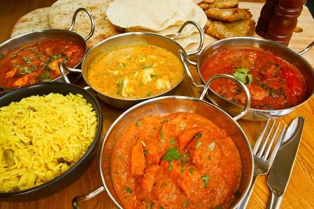 european food: La selecci�n de comida india con pilaf de arroz, el pan naan, poppadoms y samosas una opci�n popular para comer en los pa�ses europeos