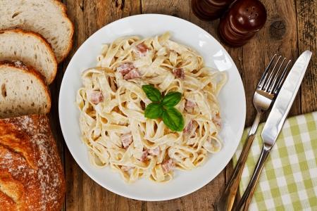 pancetta cubetti: Vista dall'alto di un piatto di tagliatelle Carbanara cucina italiana in un ristorante tradizionale Archivio Fotografico