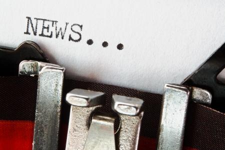 단어 빈티지 타자기에 뉴스, 블로그, 저널리즘, 뉴스, 뉴스 레터, 보도 자료, 작가에 대한 큰 개념과 대중 매체를 맞춤법 검사 입력 스톡 콘텐츠