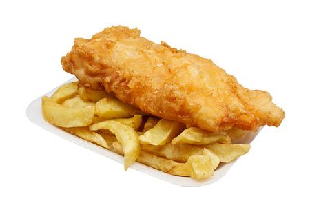 fish and chips: Cartón de pescado y patatas fritas Una opción para llevar tradicional británico aislado en blanco Foto de archivo