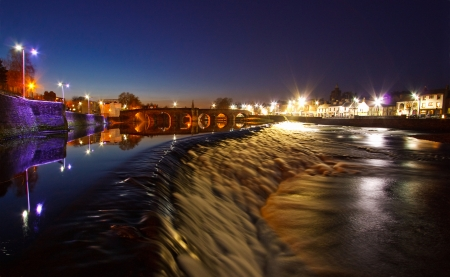 dumfries and galloway: Looking upstream over the Caul towards the Devorgilla Bridge on the River Nith in Dumfries at Night Stock Photo