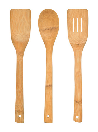utensilios de cocina: Juego completo de utensilios de cocina de bambú aisladas sobre un fondo blanco